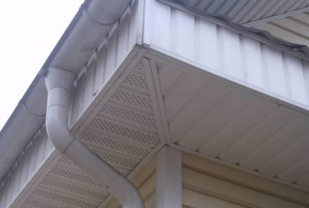 Отделка карниза крыши сайдингом