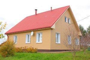 Сочетание цвета сайдинга и крыши: персиковый и красный