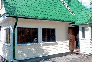 Стены цвета «пломбир» с зелёной крышей