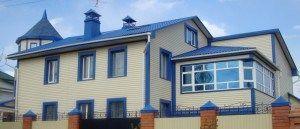 Яркая отделка крыши со сложной конфигурацией