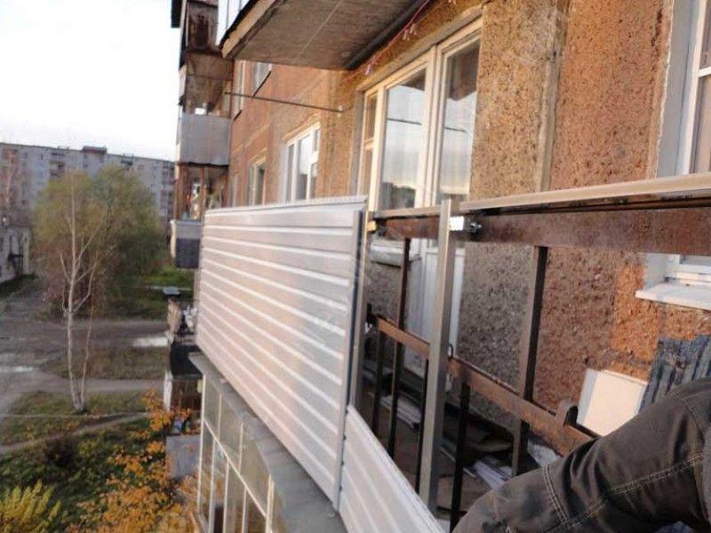Проводится монтаж сайдинга с утеплителем, видео-материалы от профессиональных строителей указывают на наличие обрешетки.