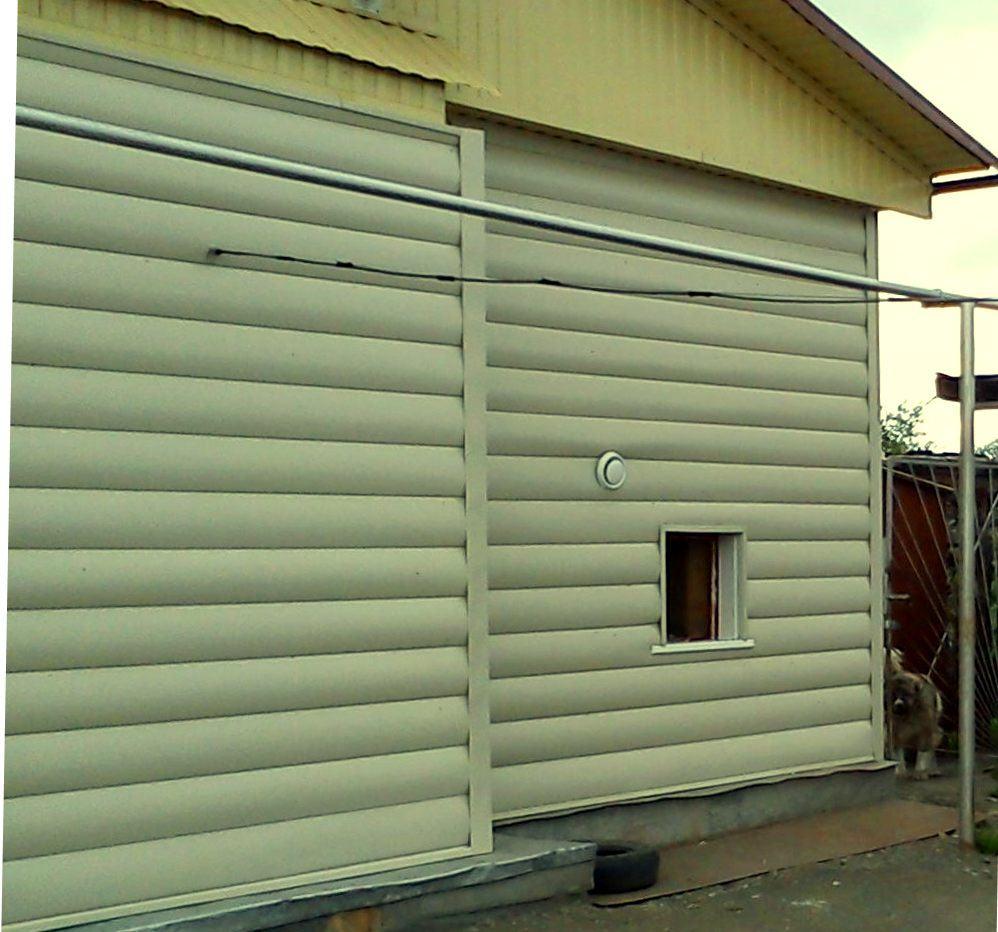 Дом отделанный акриловыми панелями