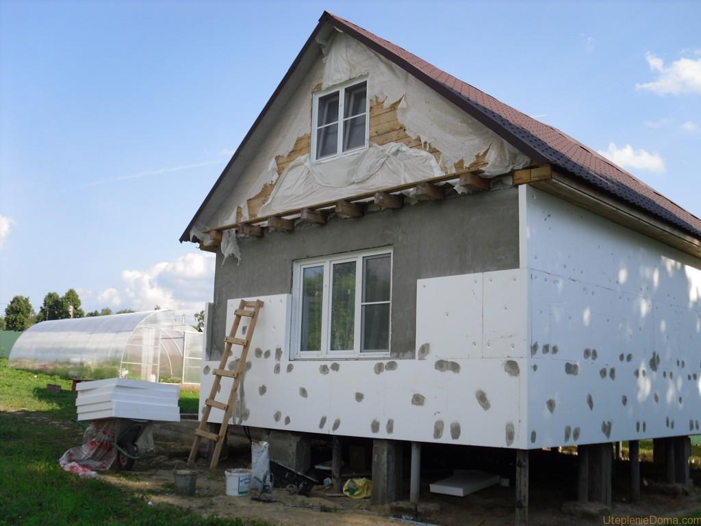Если в качестве утеплителя выбран пенопласт, начинаем с подготовки поверхности стены