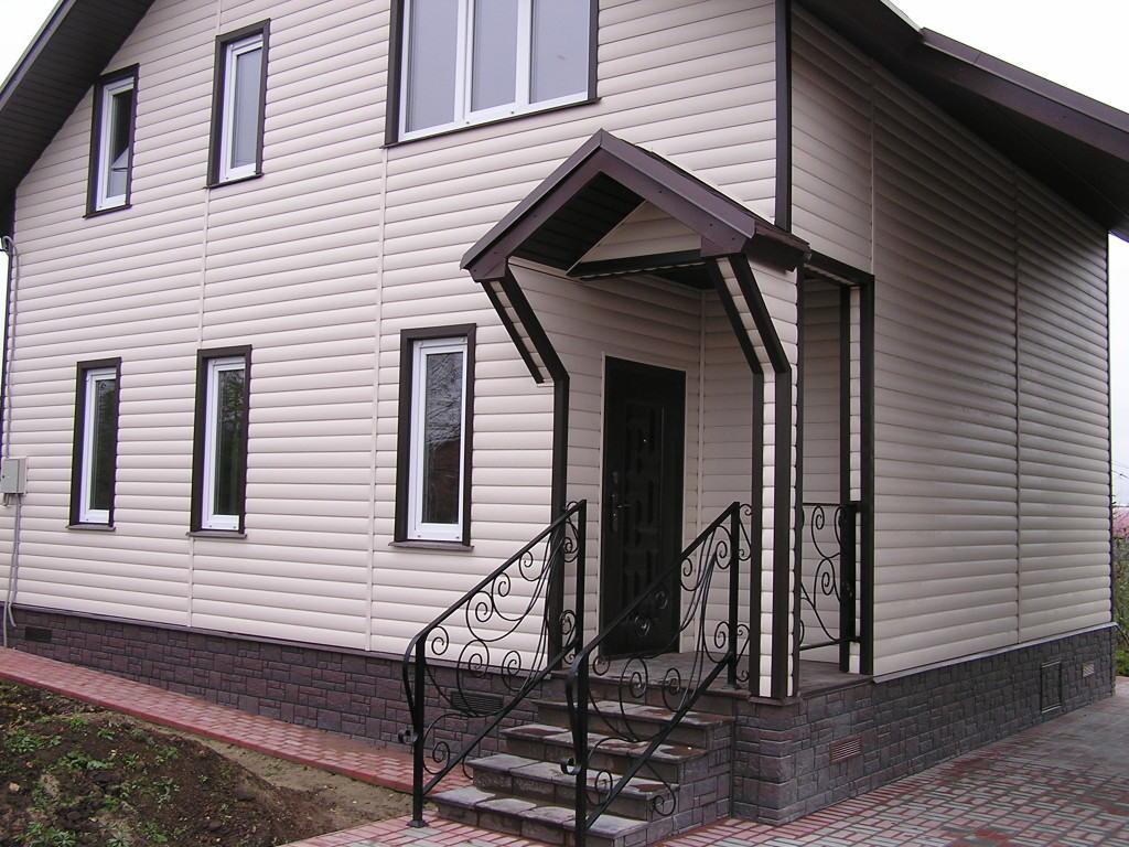 Облицовка стен сайдингом с фактурой под блок-хаус