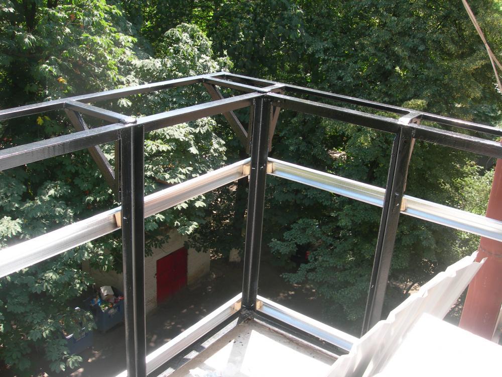 Остекление лоджии балкона прямо на металлический парапет..
