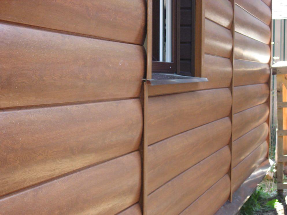 Сайдинг панели под дерево могут иметь глянцевую лицевую сторону за счет свойств покрытия