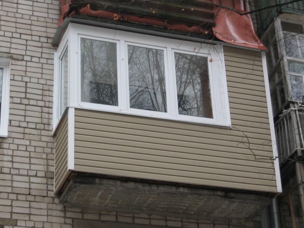 Симпатичный балкон с аккуратной облицовкой