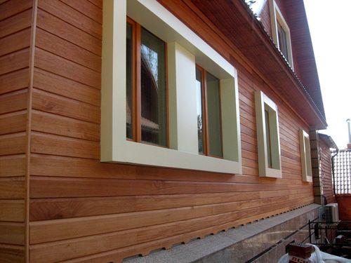 Красивый фасад, выполненный из деревянного сайдинга