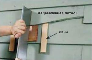 Плавным движением заводите демонтажный инструмент под нижнюю часть панели, находящейся сверху от той, которую нужно снять