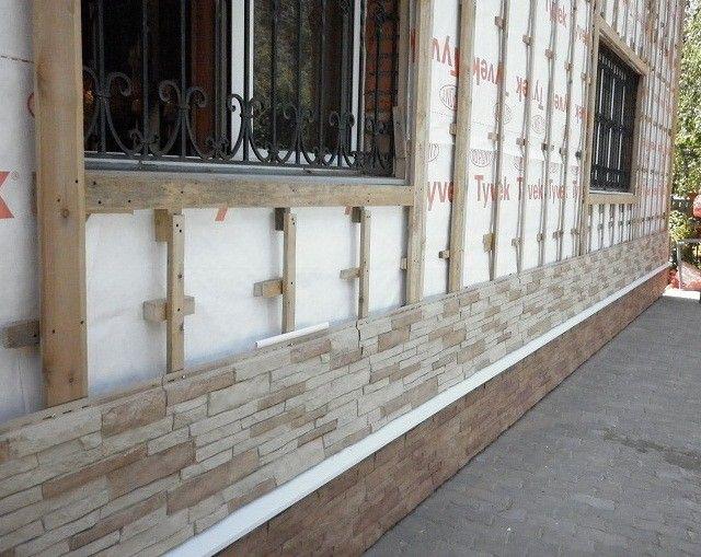 На деревянных строениях можно сооружать деревянную обрешетку, которую обязательно надо покрыть антисептиком