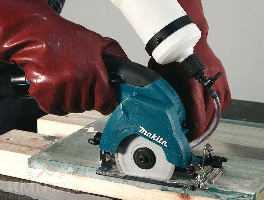 Если говорить о том, чем резать металлосайдинг, в первую очередь следует обратить внимание на такой инструмент, как электролобзик