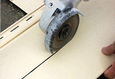 На фото показано, как резать материал болгаркой по продольной линии