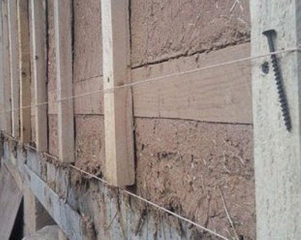 Сначала производится подготовка стен под сайдинг