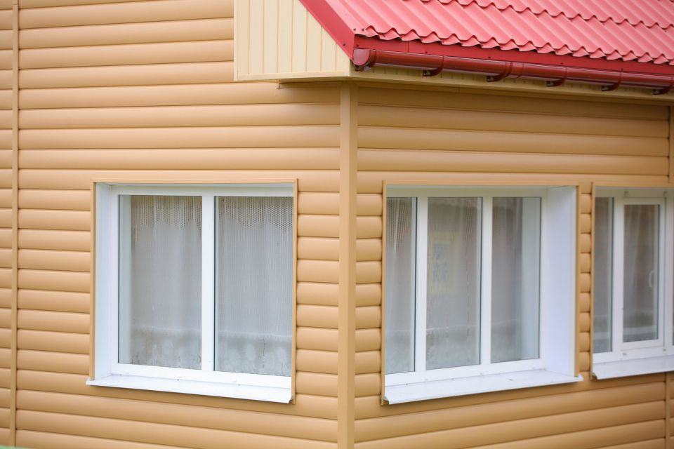 Сайдинг типа Блок Хаус под оцилиндрованный брус, имитирующий дерево, выпускается в цветах, близких к древесным оттенкам.