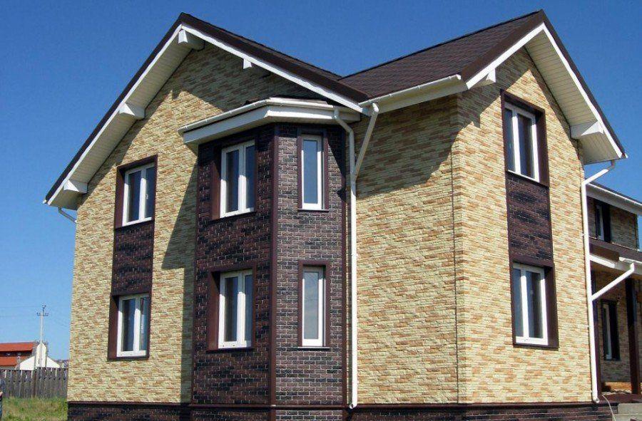 Дом, обшитый двумя цветами сайдинга