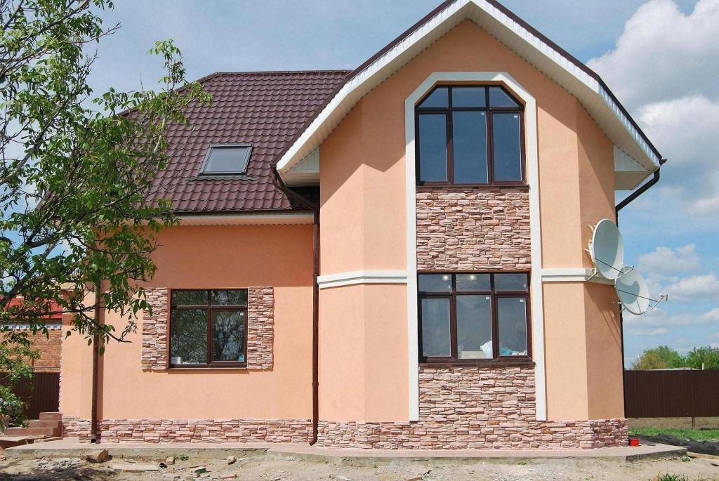 Комбинированный фасад с штукатуркой и сайдингом