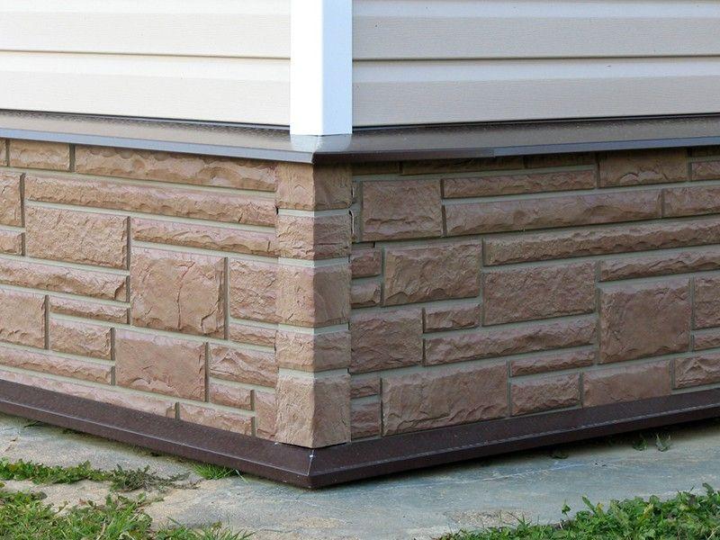 Для отделки цоколя выпускается специальный сайдинг, который отличается от стенового, по прочности и устойчивости к влаге