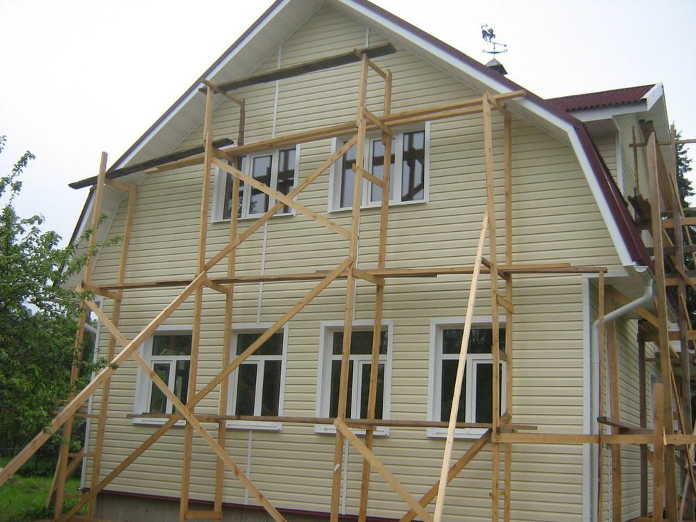 Для отделки высоких домов сайдингом, не обойтись без строительства лесов, как показано на фото