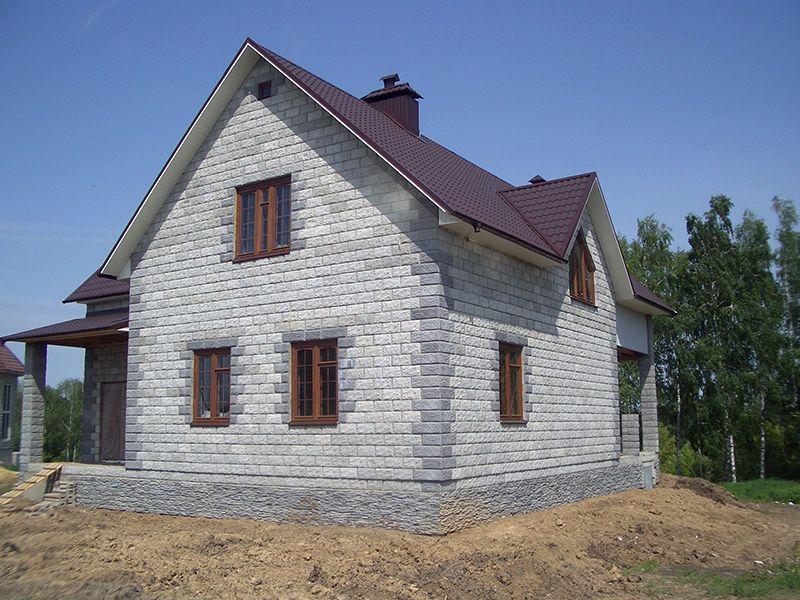 Дом, обитый сайдингом имитирующим кирпич