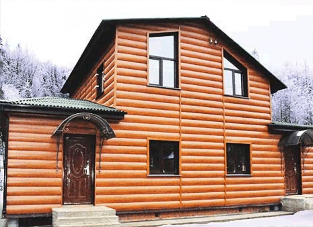 Дом отделанный сайдингом имитирующим деревянный блок-хаус