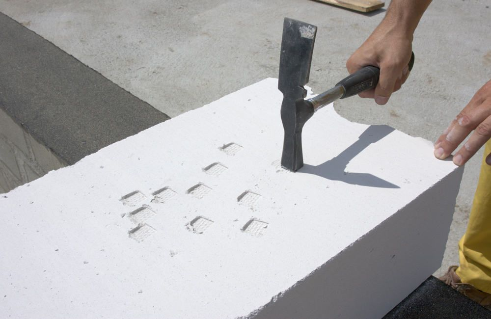 Газобетонный блок при ударе по нему молотком