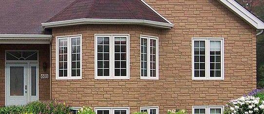 Изобрели сайдинг уже давно, используя для идеи структуру американских домов прошлого столетия, в которых деревянные рейки стен стыковались друг с другом не прямо, а под небольшим углом.
