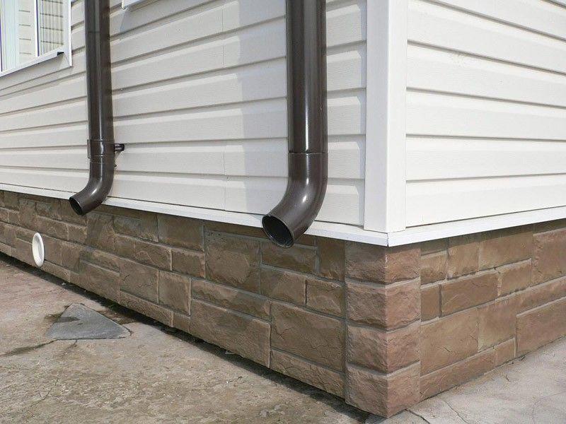 Место соединения фасадного и цокольного сайдинга
