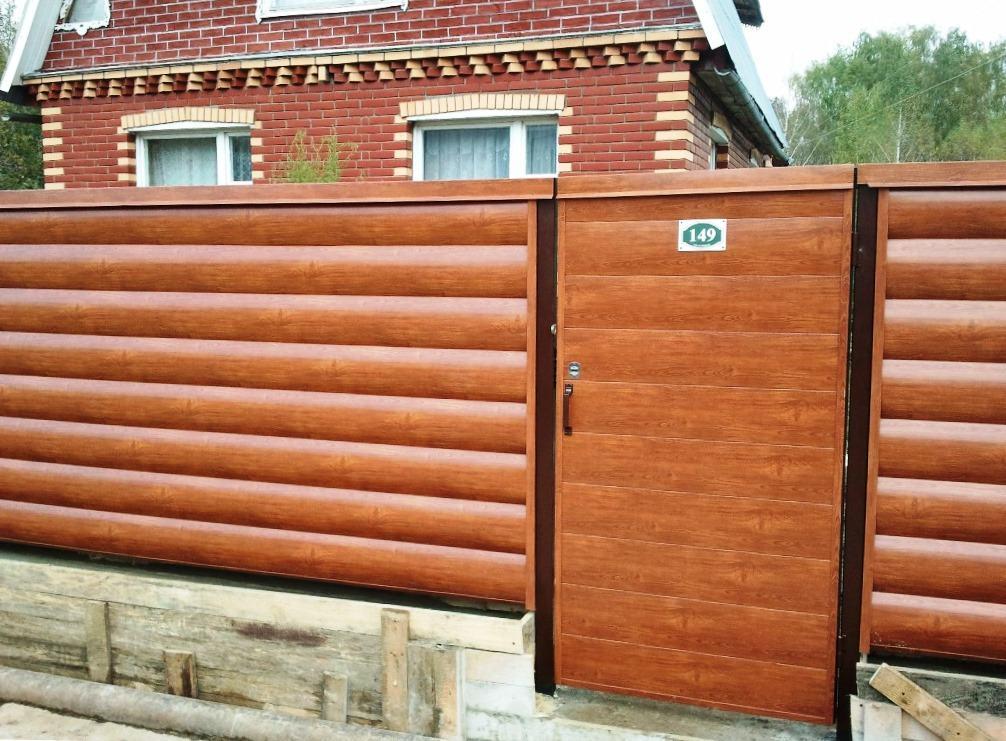 Забор из сайдинга имитирующего деревянный брус