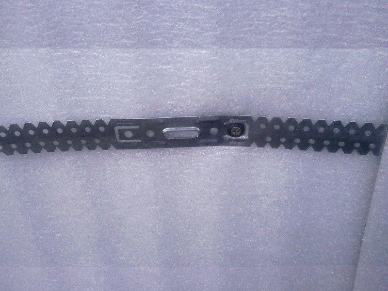 Зафиксированная на стене металлическая оттяжка для крепления направляющего профиля