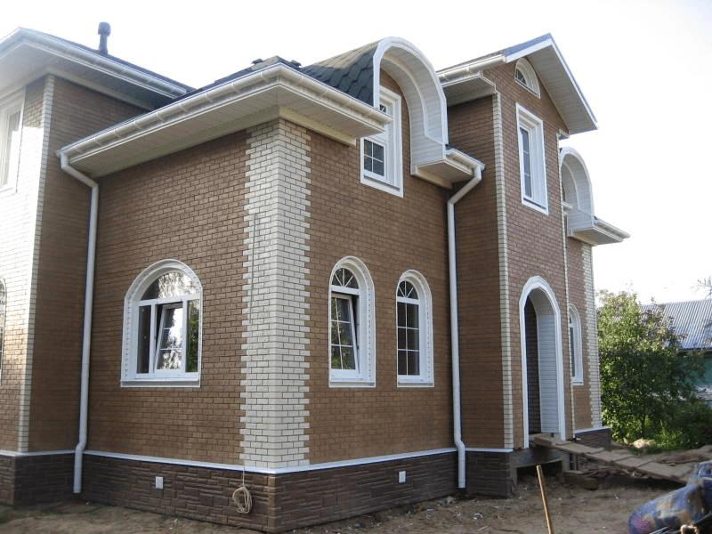 Дом под сайдингом, имитирующим облицовочный кирпич двух цветов