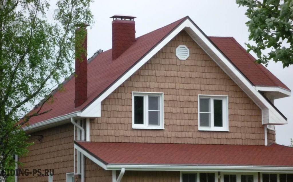 Фасад дома отделанный сайдингом, имитирующим кровельную черепицу