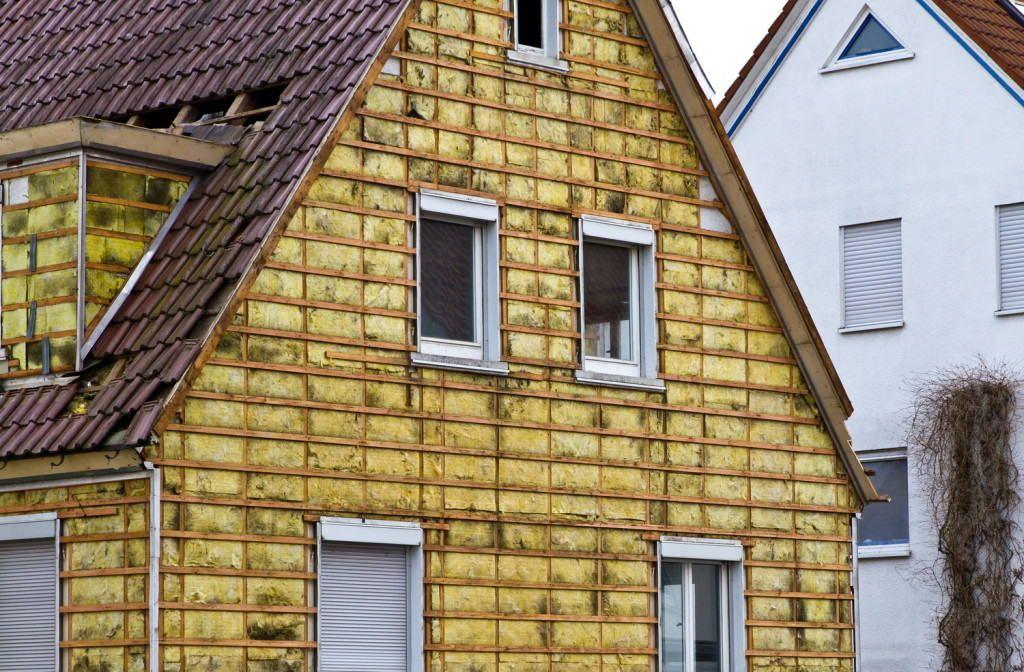 Фасад с утеплителем и обрешёткой из дерева