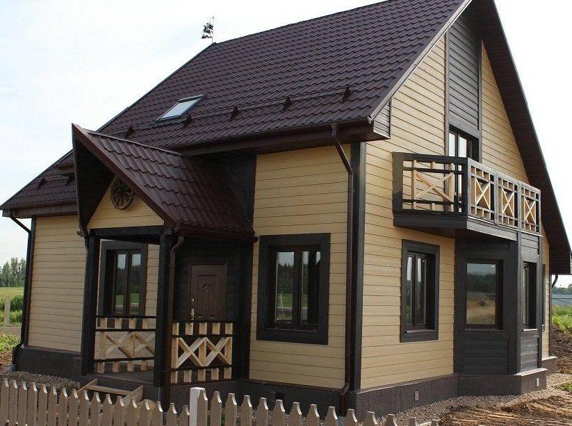 Уютный домик в немецком стиле, покрытый металлическим сайдингом двух цветов