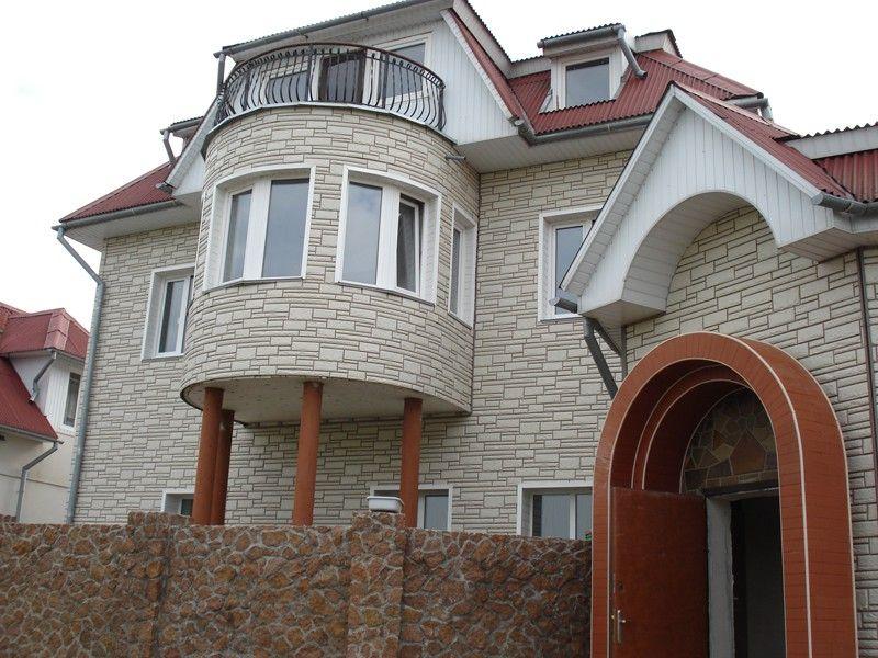 На фото, дом, полностью обшитый цементным сайдингом, различных цветов и конфигураций. Полная имитация природного камня, которую очень сложно отличить от оригинала