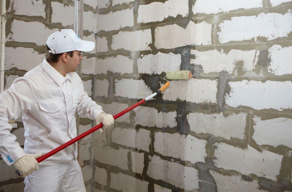 Обработка стены из газобетона пропиткой глубокого проникновения