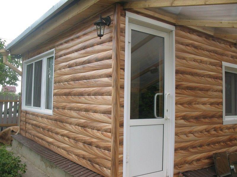Дачный домик, обшитый металлическим блок Хаусом с ярковыраженный текстурой дерева