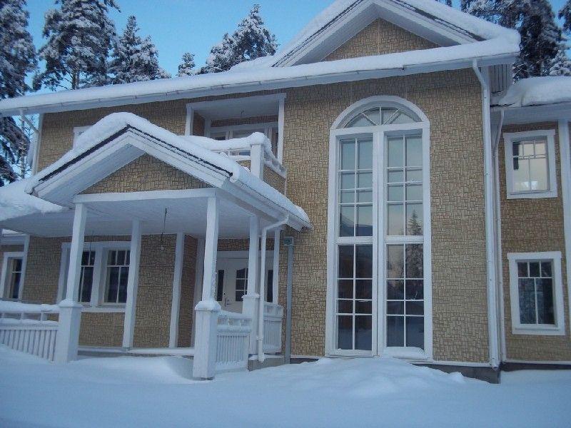 Красивый фасад в классическом стиле, отделанный фиброцементным сайдингом