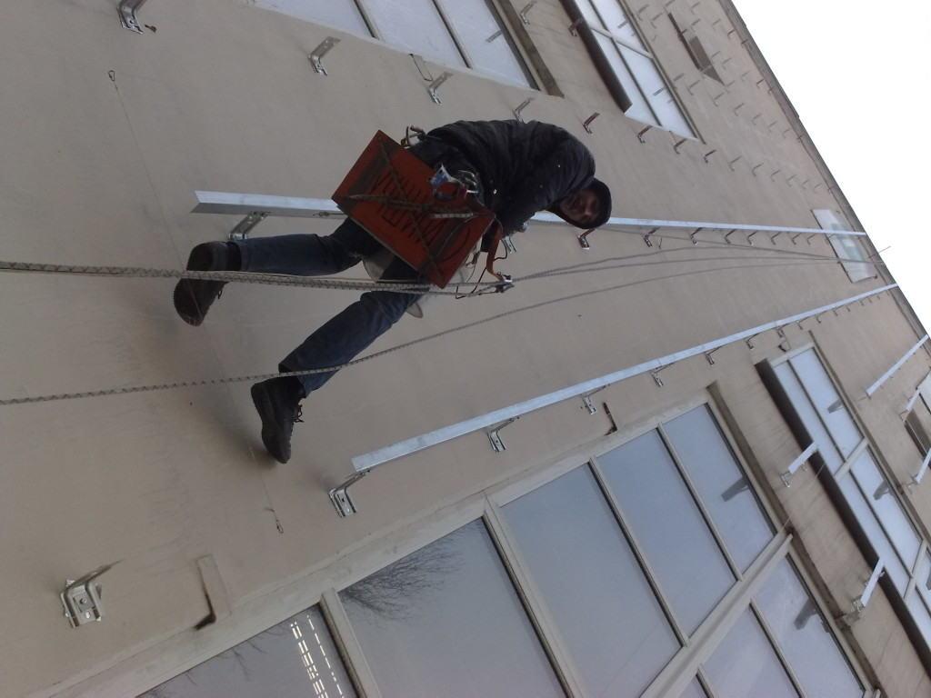 Монтаж профилей обрешётки на фасад многоэтажного дома