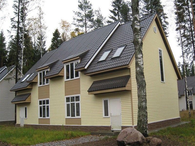 На фото, фасад, обшитый двумя видами винилового сайдинга