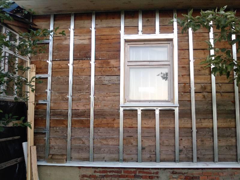 Обрешётка под сайдинг на простом деревянном фасаде