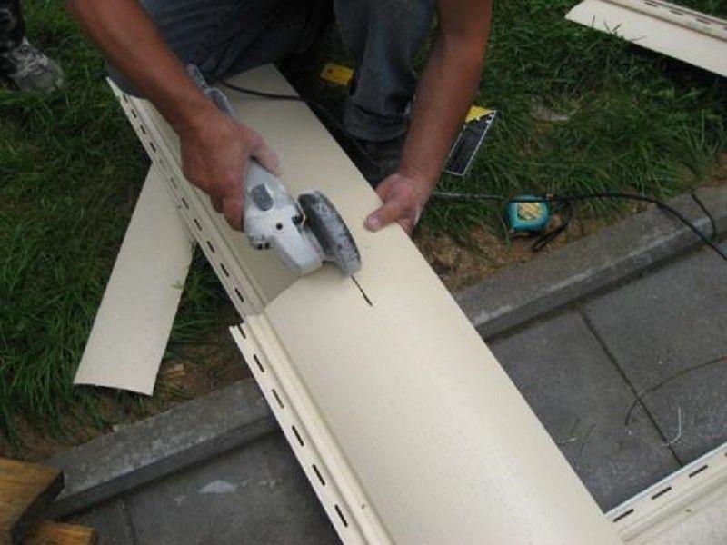 Подрезание панели сайдинга при помощи болгарки маленького размера и с высокими оборотами