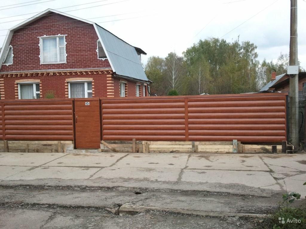 Забор из металлического сайдинга, имитирующего бревно