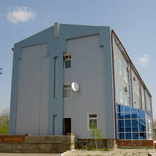 Здание социального назначения, отделанное металлическим сайдингом