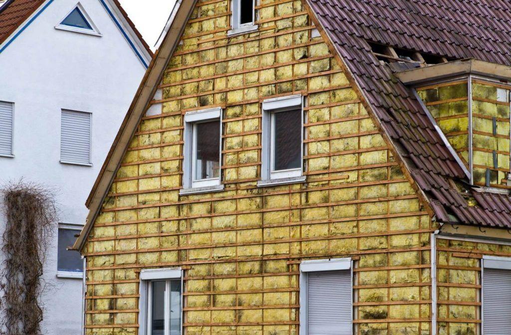 Для обшивки дома сайдингом, сначала необходимо сделать каркас, на который вы и будите крепить сайдинговые листы, при необходимости это позволяет дополнительно утеплить строение