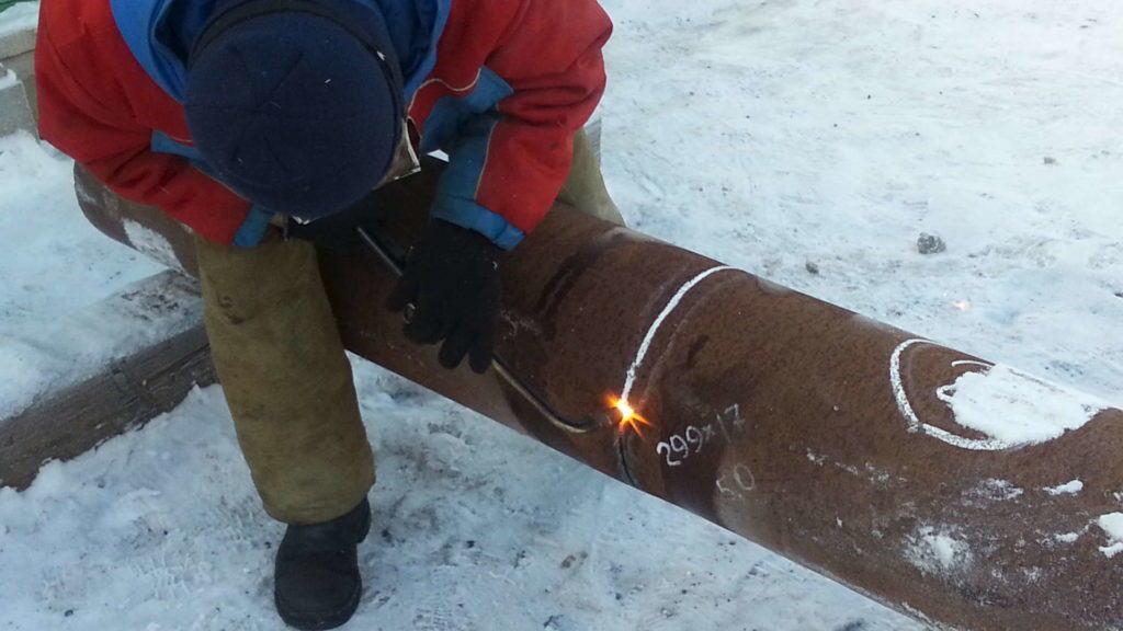 Более толстые металлические изделия можно разрезать с помощью газового резака, но для этого нужны специальные навыки и опыт, поэтому не стоит делать это самому