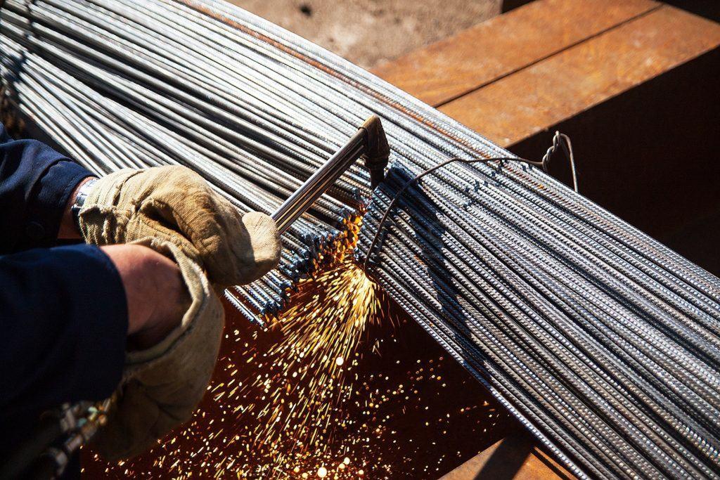 Чем бы вы ни собирались резать металлические изделия, обязательно нужно защитить открытые участки тела, лицо и руки