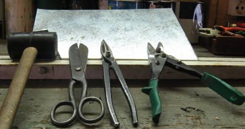 Для резки тонких металлических изделий или листов можно использовать специальные ножницы и кусачки для резки по металлу, которые можно найти в любом строительном магазине