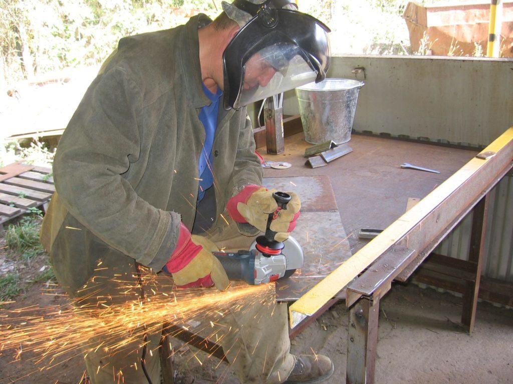Если вам необходимо разрезать какую-либо металлическую вещь или конструкцию, то вам необходимо знать правила техники безопасности, во избежание травм