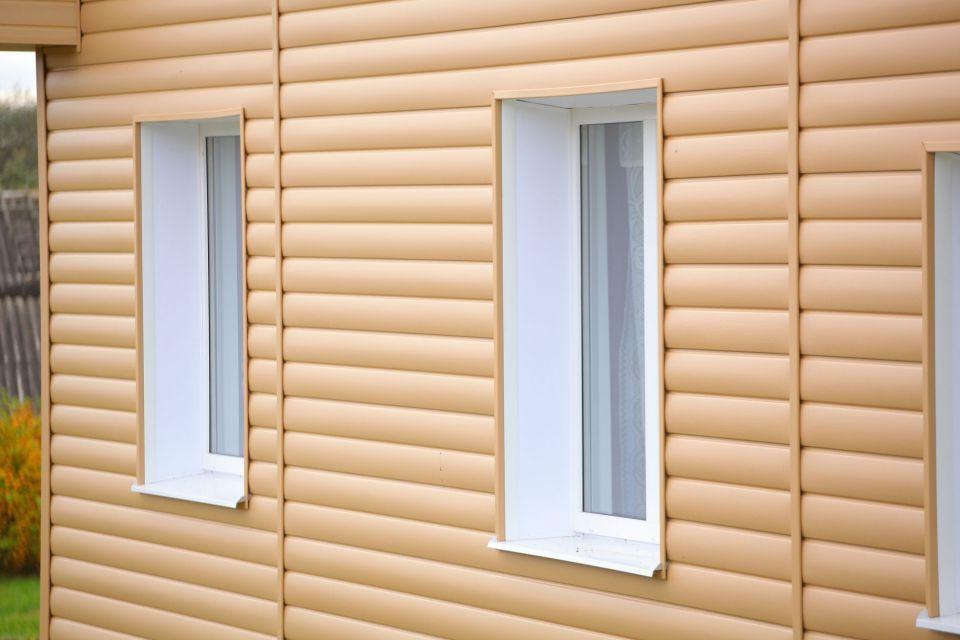 На фотографии мы видим пример дома обшитого полукруглым сайдигом, имитирующим деревянный сруб