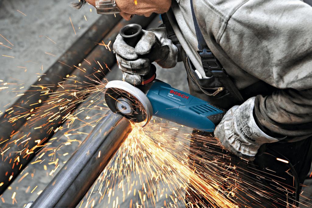 При работе с металлом и болгаркой, необходимо следить за состоянием диска, так как диск с дефектом может доставить много неприятностей, и вам, и металлическому изделию